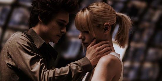 Fichier réel adolescents embrasser scène